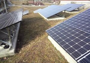 太陽光発電パネル群(野立て)